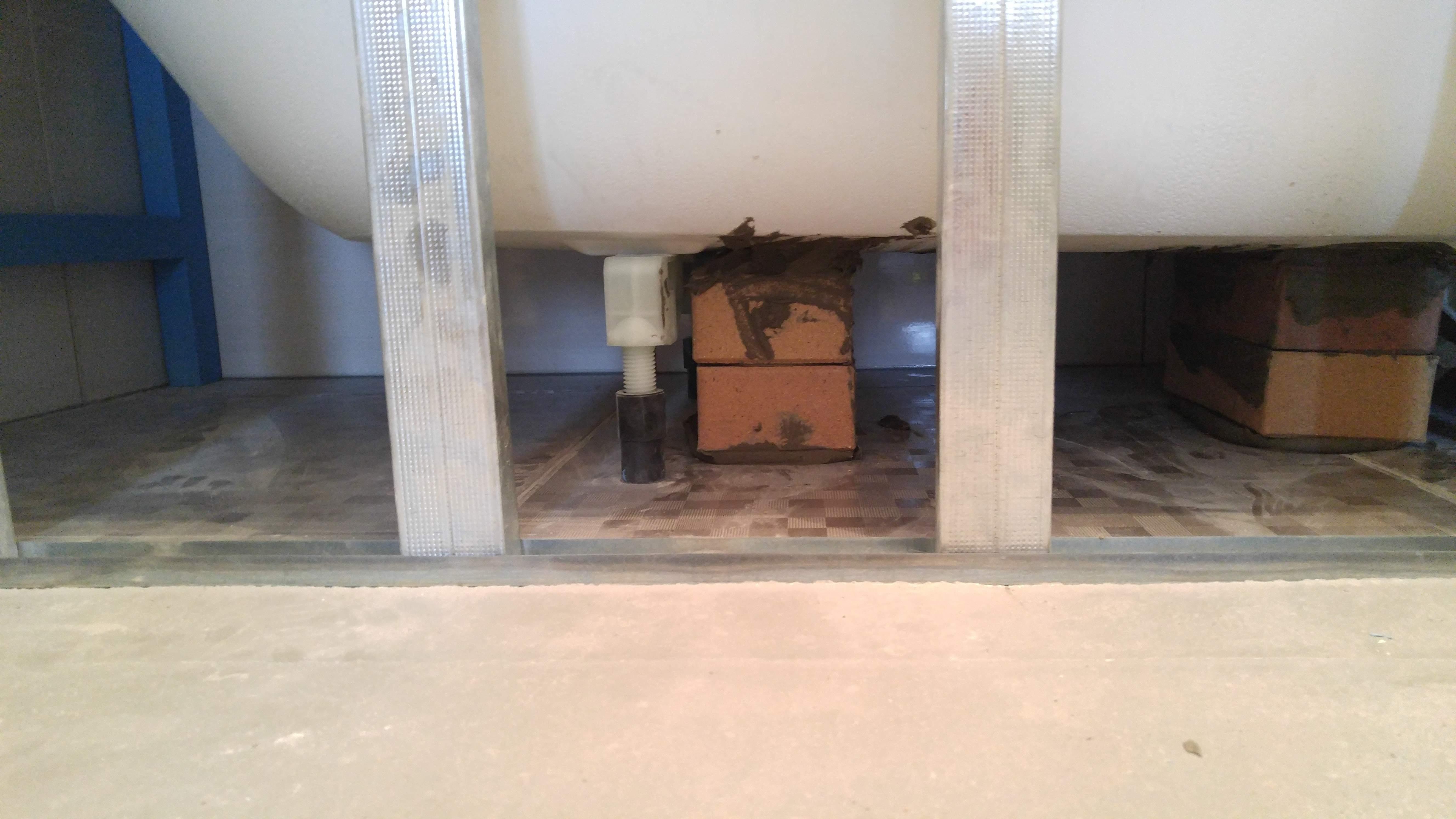 Установка кирпичей под ванную