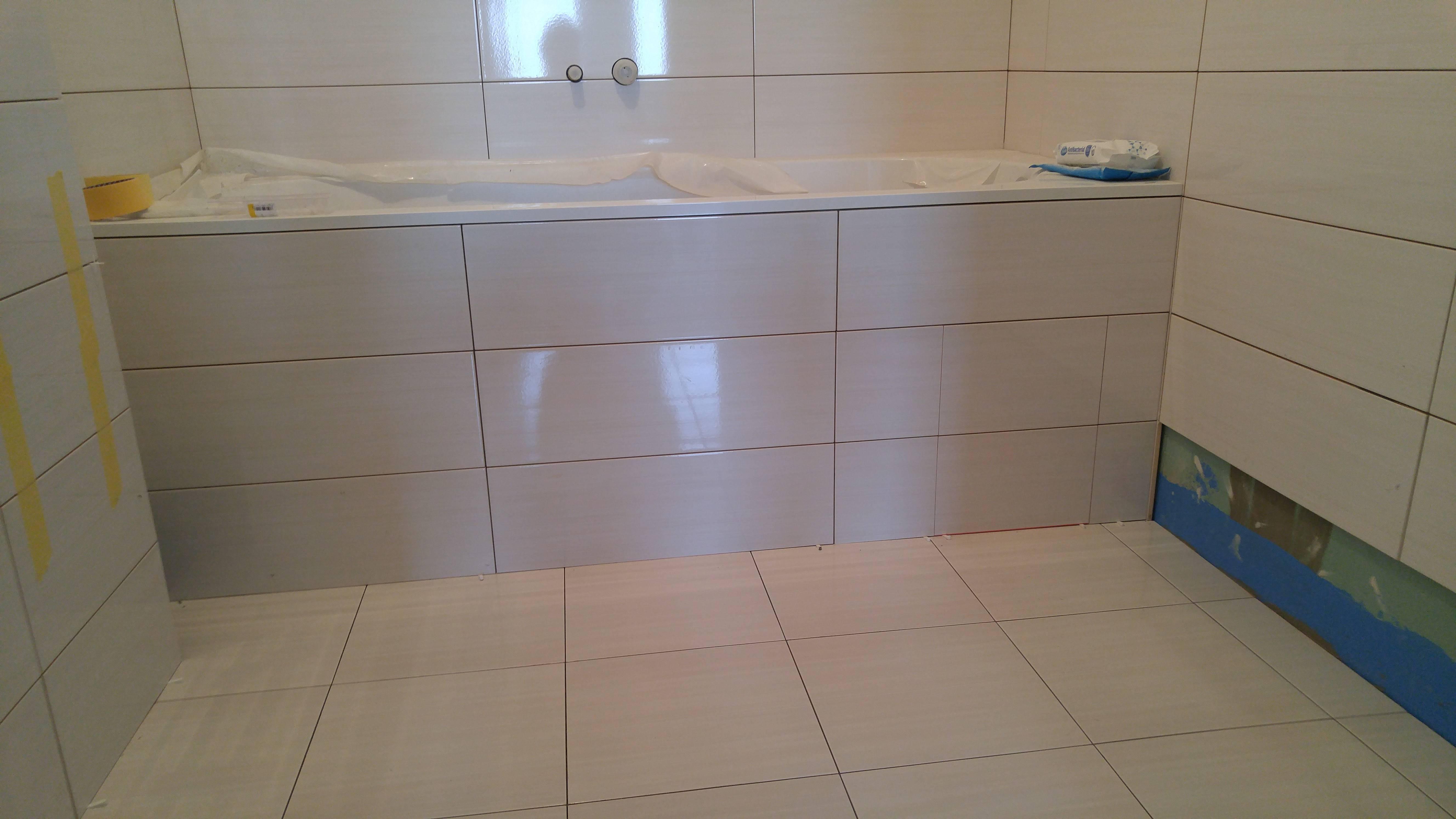 Укладка плитки на переднюю панель ванны